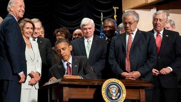 Экс-президент США Баранк Обама подписывает закон Додда-Франка