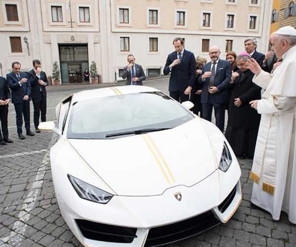 Lamborghini Папы Римского продана за715 тыс.  евро