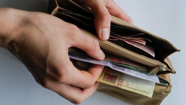 Середній розмір заробітної плати жителів Прикарпаття становить 7740 гривень