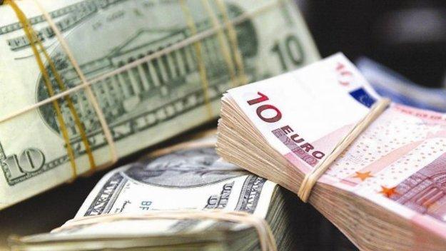 Доллар на наличном валютном рынке подешевел на 24 копейки в покупке и на 23 копейки в продаже.
