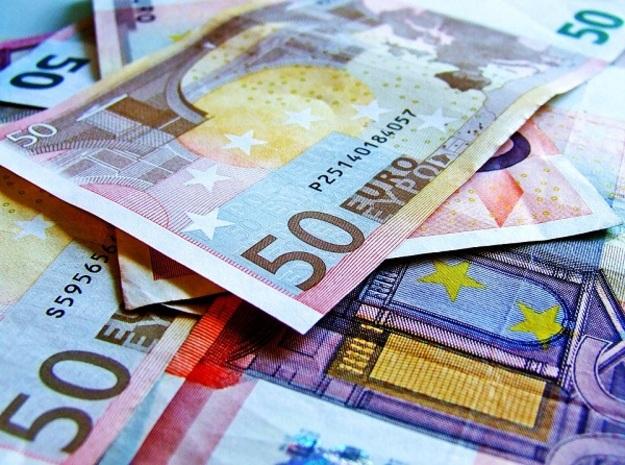 На закрытии межбанковских торгов доллар в покупке подорожал на 1копейку, а в продажене изменился.