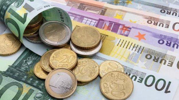 На открытии межбанковских торгов доллар в покупке подорожал на 5 копеек, а в продаже на 7 копеек.