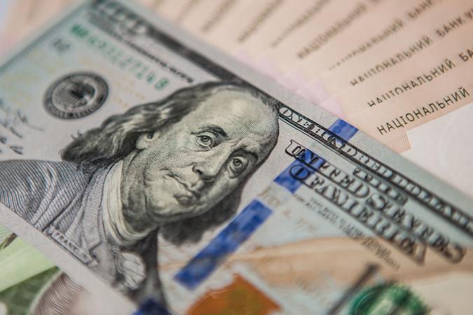 На закрытии межбанка доллар подешевел, евро пошел вверх