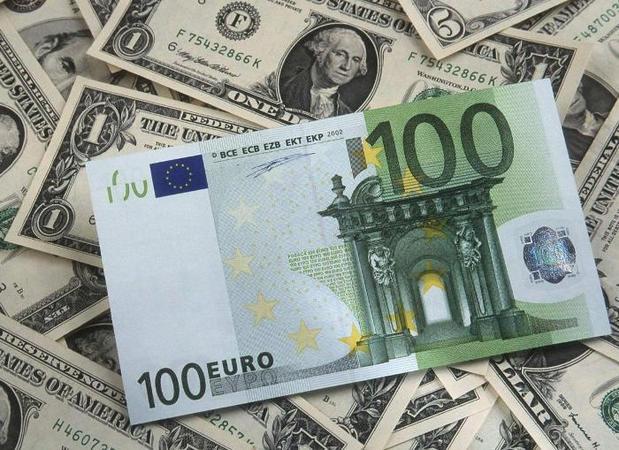 На открытии межбанка американский доллар в покупке не изменился, в продаже подорожал на копейку.