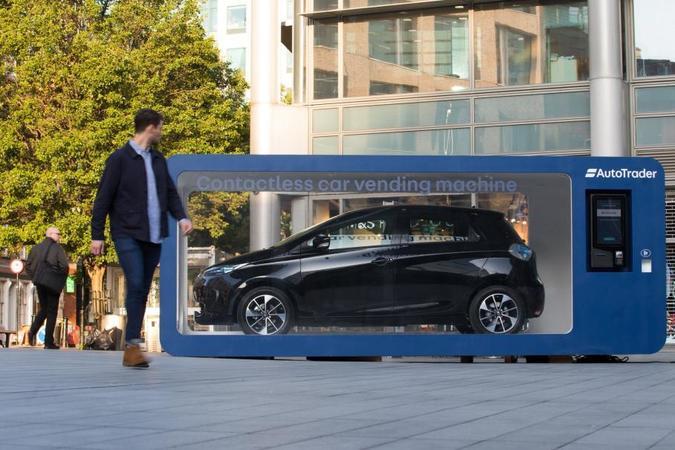 В Лондоне установили автомат по продаже машин, в котором находится электрокар Renault Zoe.