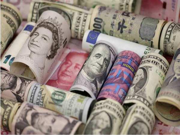 Коли купувати, а коли продавати валюту?